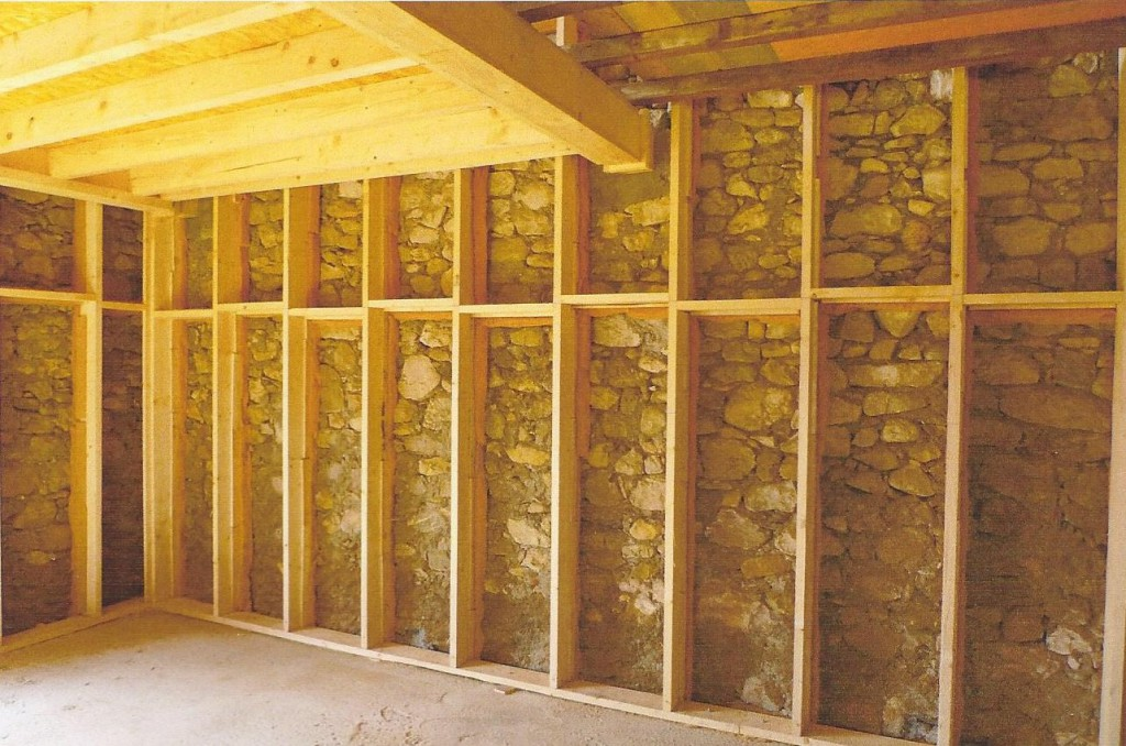 montants d'ossature pour l'isolation des murs et solivage pour faire un étage